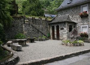 medieval-public-bathroom