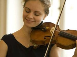 Violinist-Julia-Fischer-playing-her-violin.