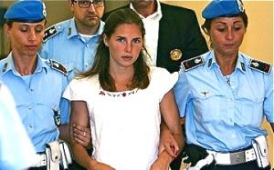 amanda-knox-with-italian-police
