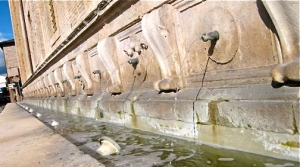 medieval-urinal-fountain