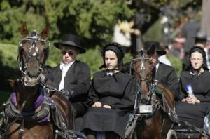 amish_women_in_buggy