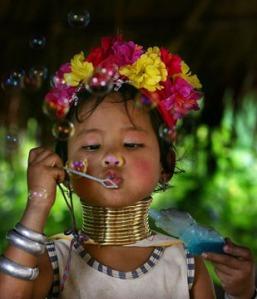 kayan-girl-wearing-neck-rings