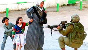 israeli-soldier-holds-mother-and-children-at-gunpoint